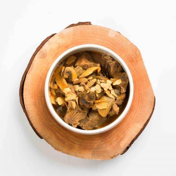 Receita de Novilho Estufado com Cogumelos em Base de Madeira