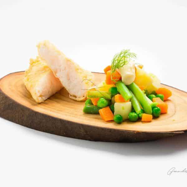 Filete em Prato de Madeira com Legumes Variados