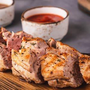 carne fatiada com molho de tomate