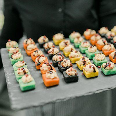 prato de ardósia com entradas coloridas
