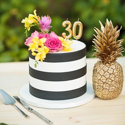 bolo de aniversário preto e branco com flores.
