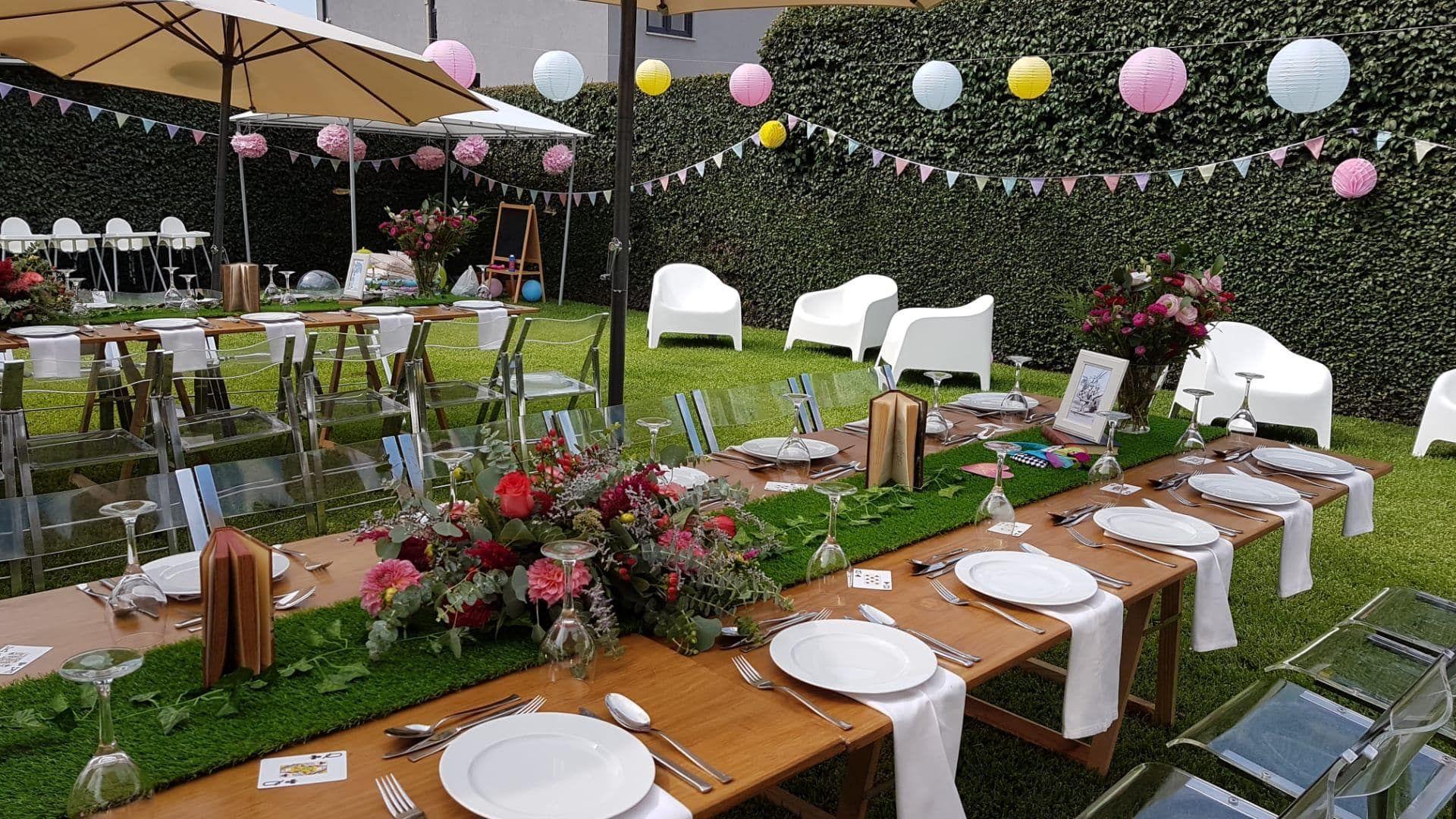 festa no jardim com mesas, pratos e cadeiras