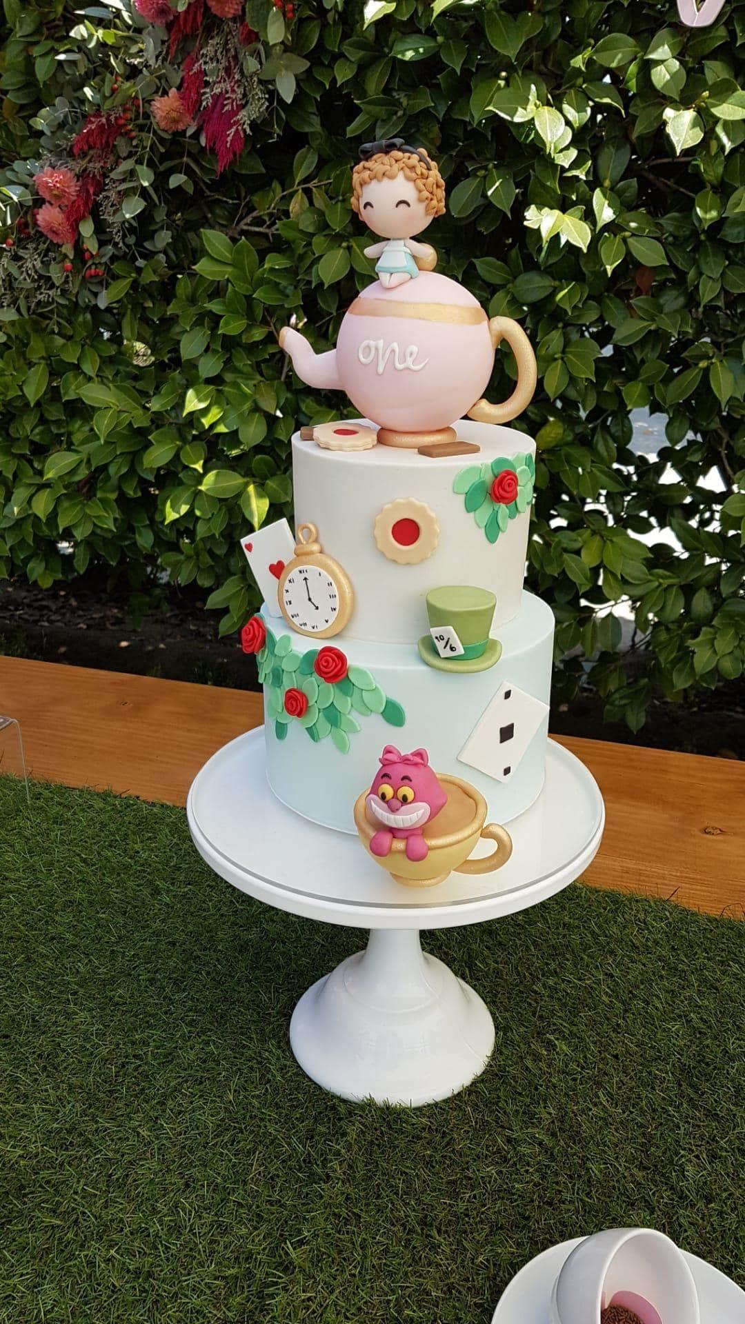 bolo branco decorado com tema alice no pais das maravilhas