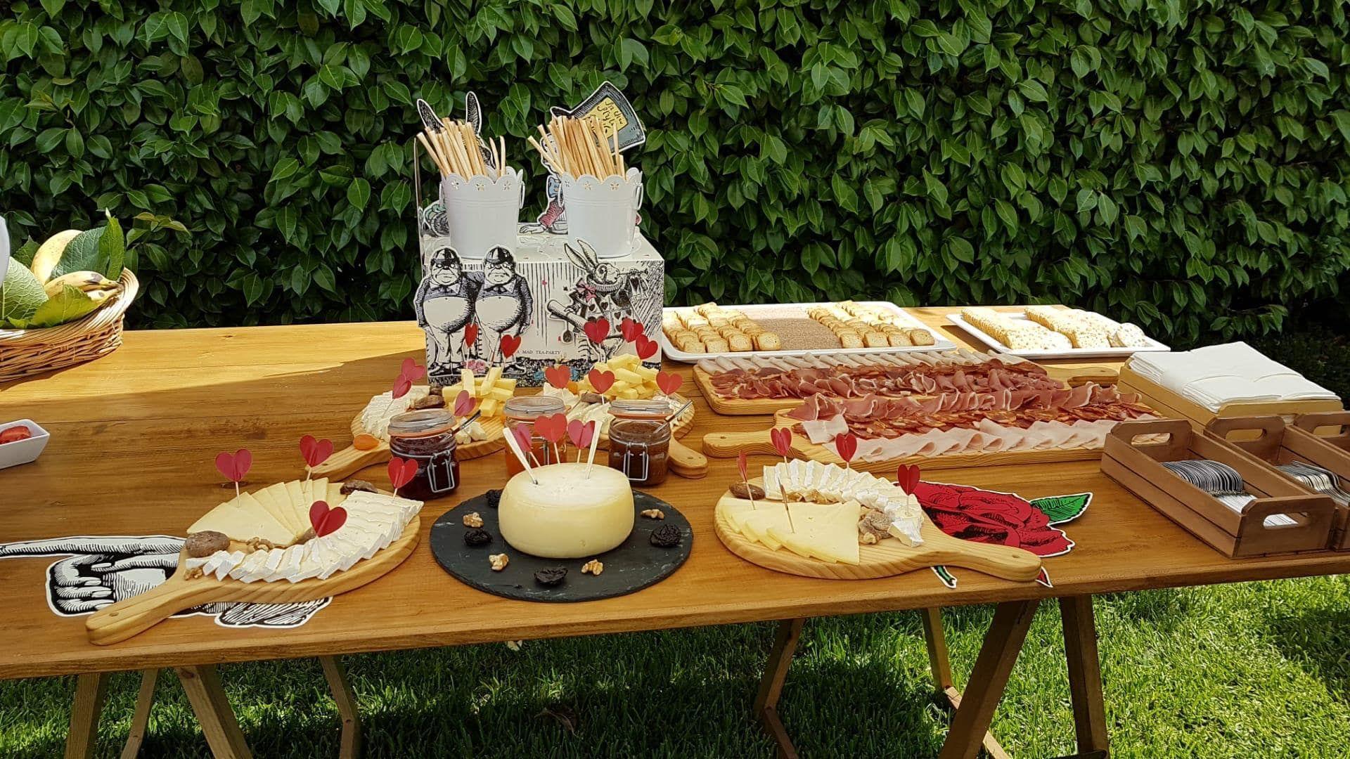 mesa de jardim com enchidos e queijos tracionais