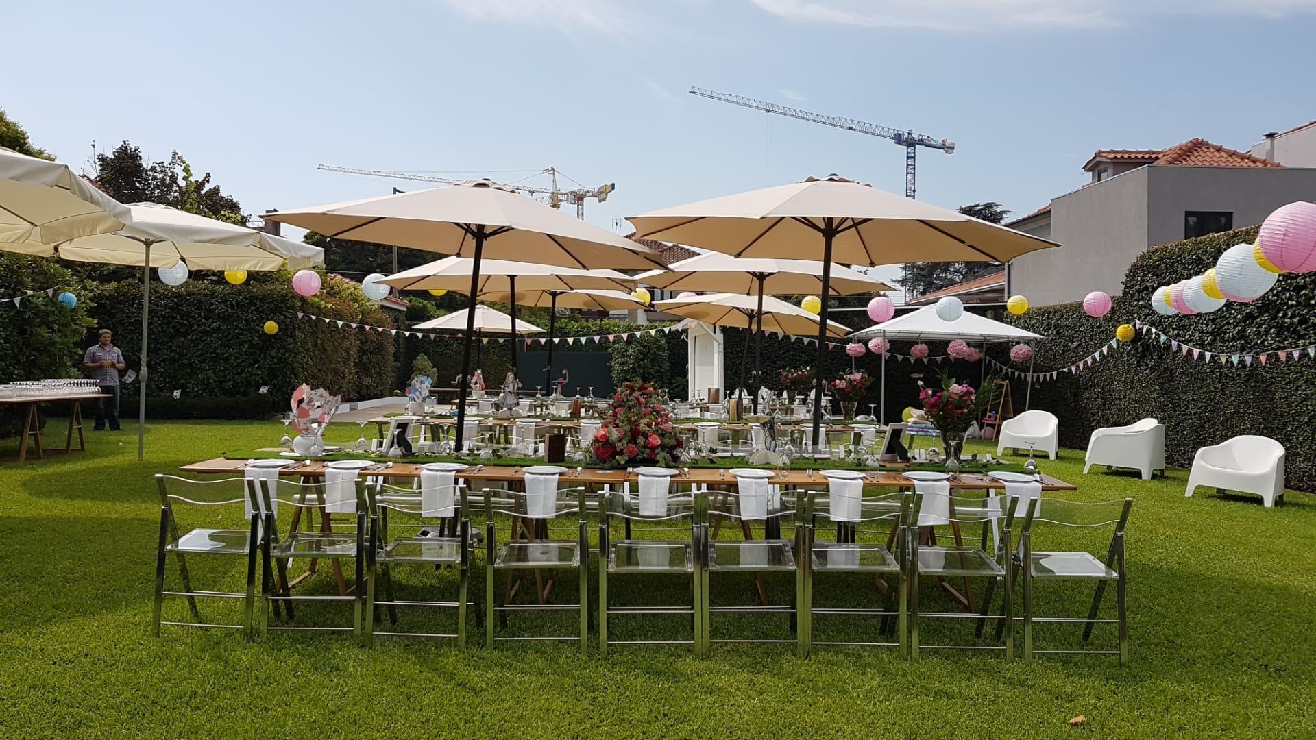 mesa de jardim com cadeiras e guarda-sol