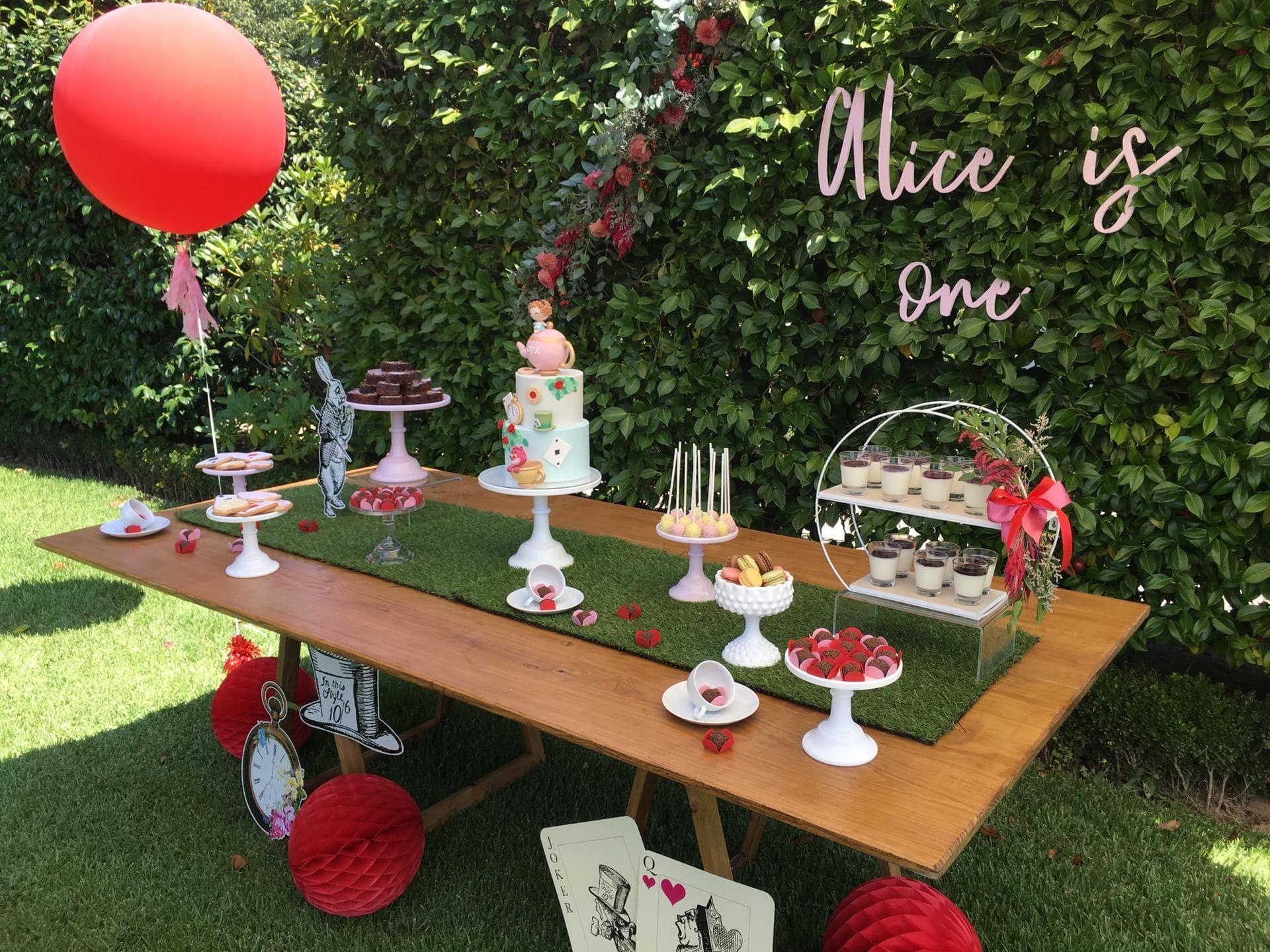 mesa decorada com tema Alice no Pais das Maravilhas