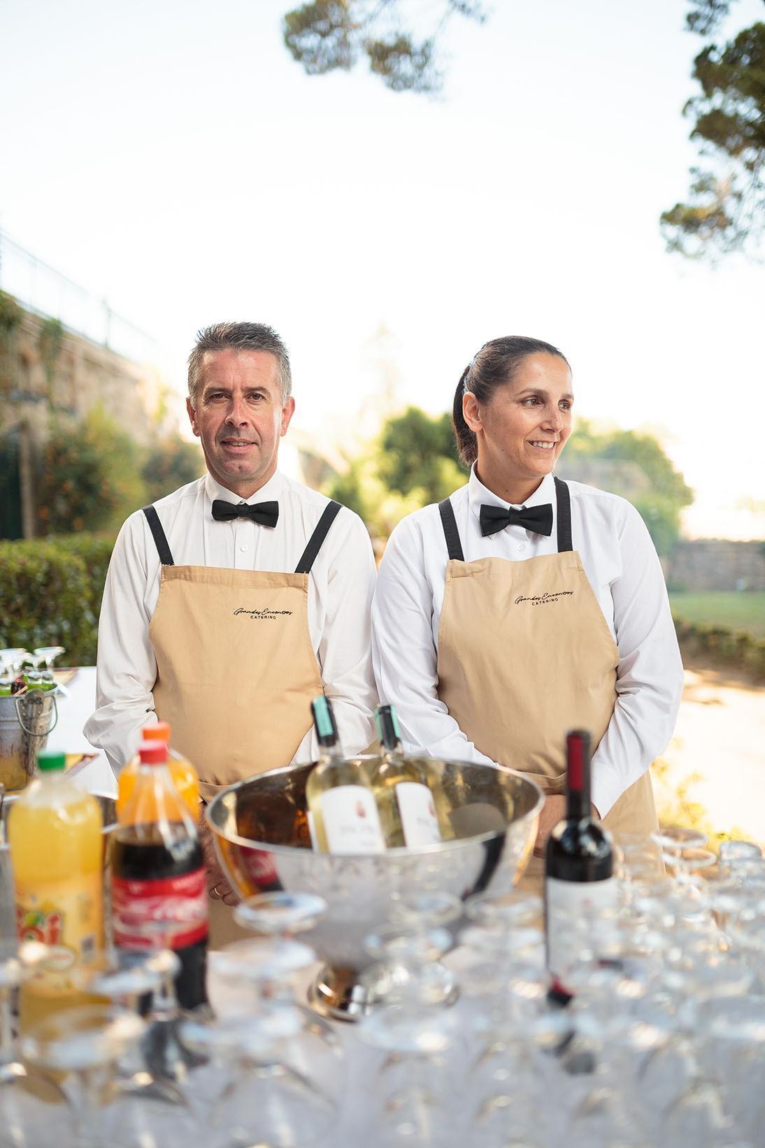 empregados de mesa com avental bege