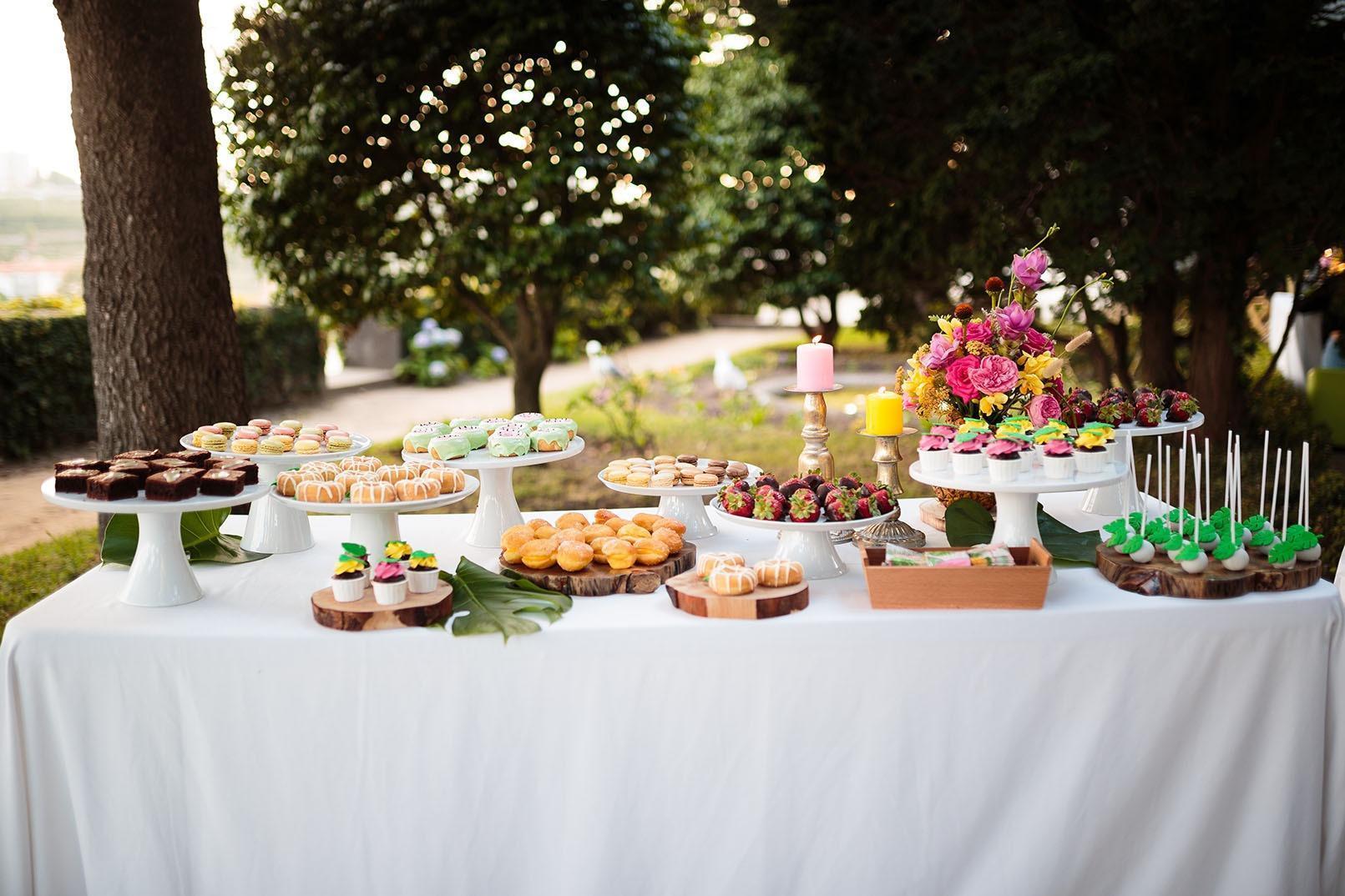 mesa de doces em evento de exterior