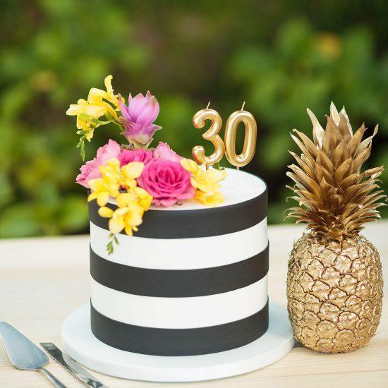 bolo de aniversário às riscas pretas e brancas